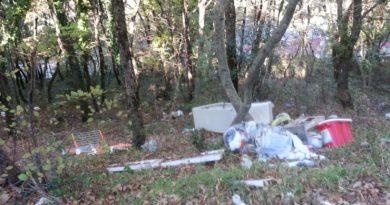 FOTO | Lettore: «Il bosco Difesa di San Matteo soffocato dai rifiuti»