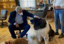 Volontariato: Emiliano consegna alla Associazione Scuola Cani Salvataggio Nautico una targa in ricordo di Texas, cane bagnino